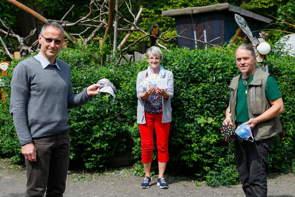 Thomas Schwitzky (von Links), Martina Schröter und Andreas Stegemann bei der Spendenübergabe