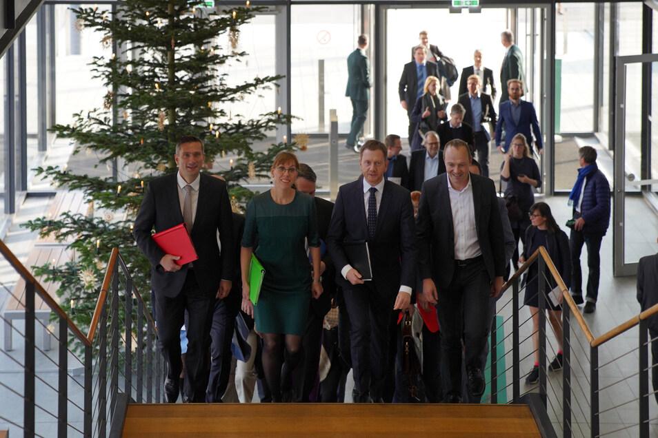 Martin Dulig (SPD, l-r), Wirtschaftsminister, Katja Meier, Spitzenkandidatin zur Landtagswahl für Bündnis 90/Die Grünen, Michael Kretschmer (CDU), Ministerpräsident von Sachsen, und Wolfram Günther, Spitzenkandidat Bündnis 90/Die Grünen, kommen zur Vorste