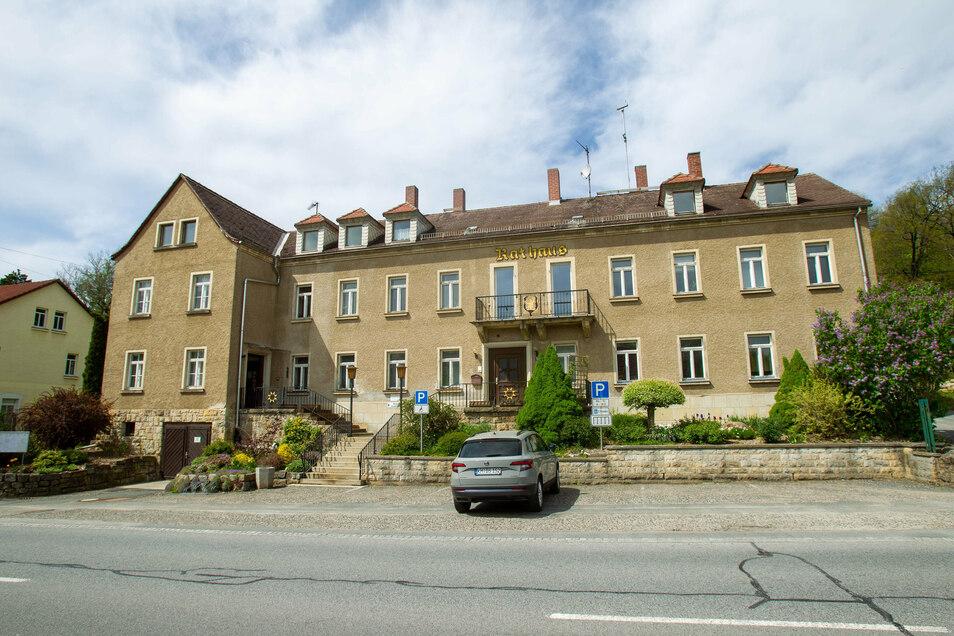 Das Hickhack um das Berggießhübler Rathaus hat nun auch die Nachbarn Bad Gottleuba-Berggießhübel und Bahretal getrennt.