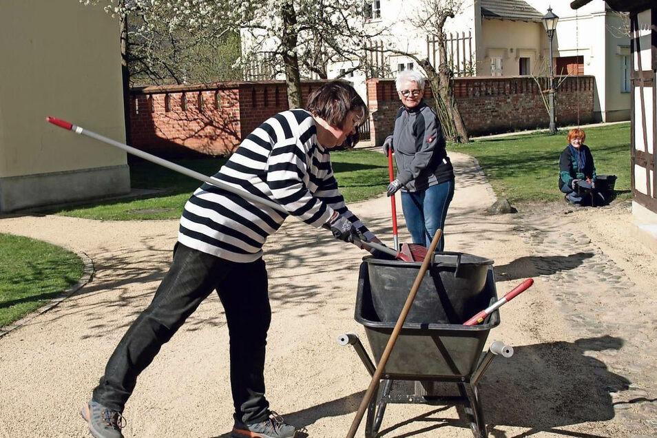 Seit 1. April sind die vier Mitarbeiterinnen des Tourismuszentrums im Neuen Schloss bei der Parkpflege im Einsatz.