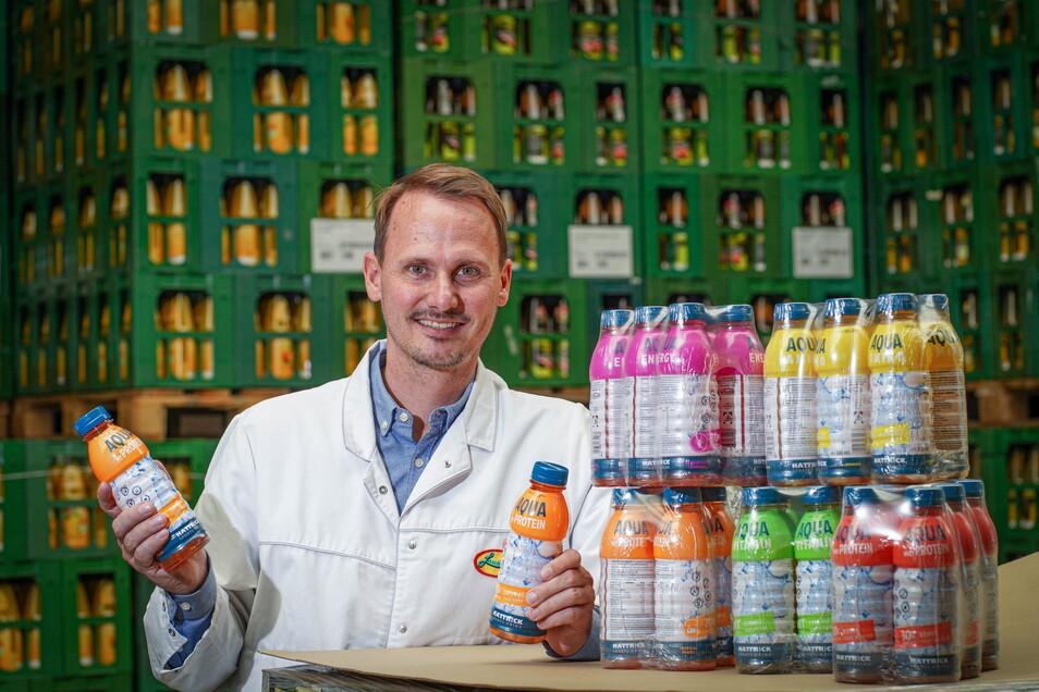 Maximilian Deharde, Juniorchef der Lausitzer Früchteverarbeitung in Sohland, präsentiert die neuen Hattrick-Sportgetränke.