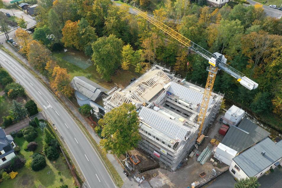 Die Baustelle des neuen Winfriedhauses an der B 170 in Schmiedeberg aus der Vogelperspektive. Lediglich die Kapelle (links im Bild) blieb erhalten.