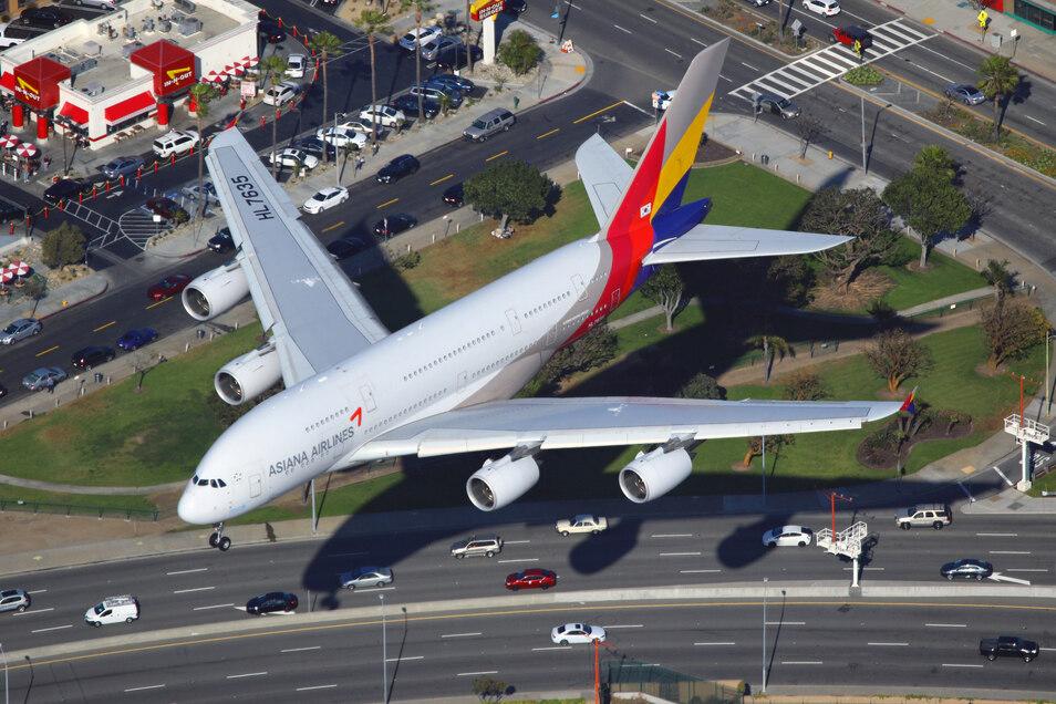 In Los Angeles fotografierte Martin Rogosz aus einem Hubschrauber heraus einen A 380.