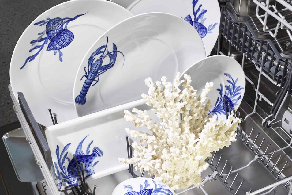 Blue Treasures wird in aufwendiger Handmalerei und Unterglasurtechnik produziert. Die Grundform stammt vom Service Cosmopolitan. Das Geschirr ist stapelbar, spülmaschinenfest und für Mikrowelle geeignet.