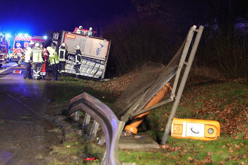 Im Graben neben der Autobahn war der Bananentransporter gelandet. Bei dem Unfall ist auch eine Notrufsäule beschädigt worden.