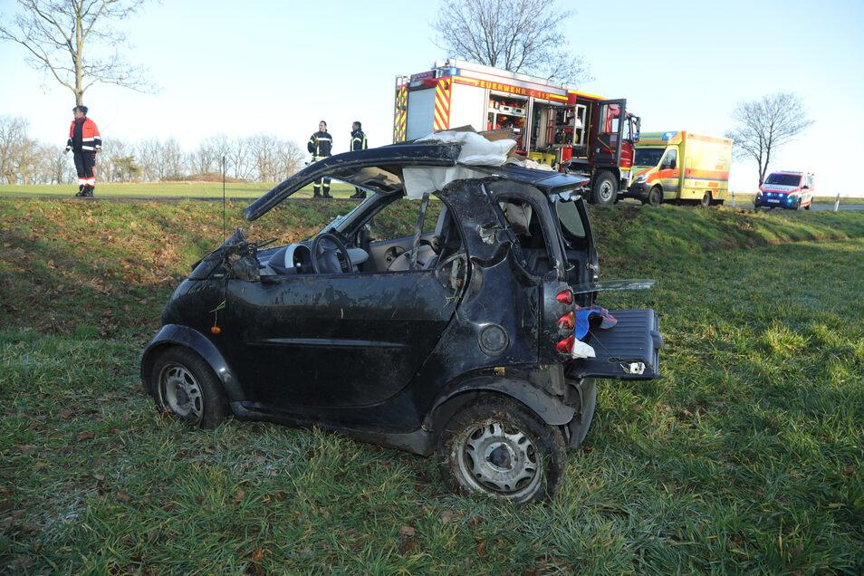 Die Smartfahrerin war im Fahrzeug eingeklemmt und musste durch die Feuerwehr befreit werden.