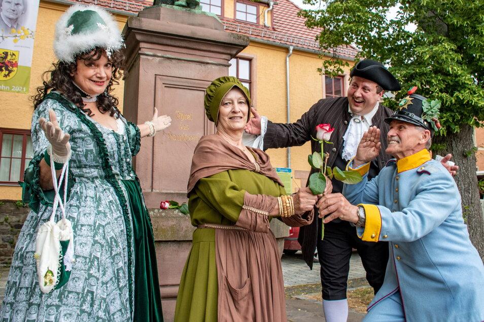 Birgit Lehmann, Gisela Berszick, Thomas Kühn und Klaus Wawra (von links) haben mit historischen Spielszenen auf die 28. Saison des Mittelsächsischen Kultursommers (Miskus) eingestimmt.