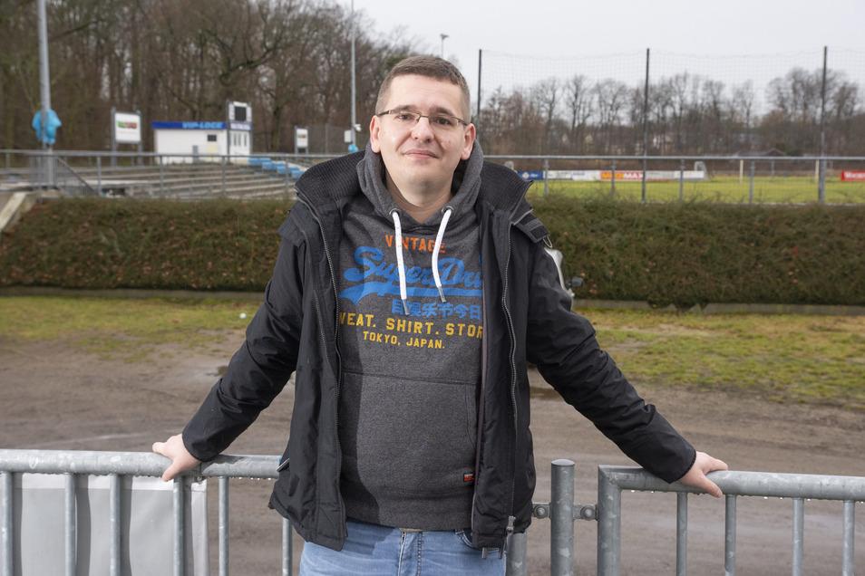 Stahl-Riesa-Vorstandsmitglied Dominic Neitzsch vor der Feralpi-Arena in Riesa.