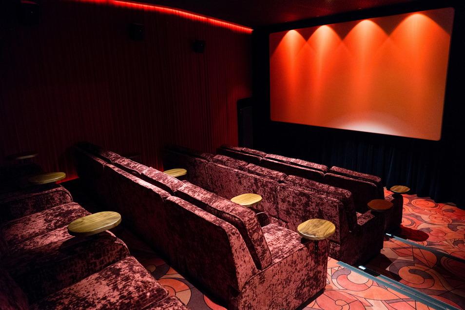 Gold-Class-Studiokino unter dem ersten Rang des großen Saals. Das gibt es in Rot und in Blau. Das Teppichmuster wurde der Ornamentik der Glasfenster im Foyer nachempfunden.