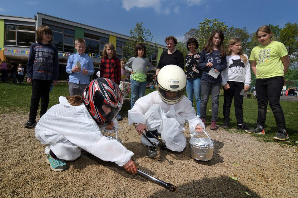 Der Astronautentestlauf, den Emma und Sina absolvieren, gehören zu den Wettbewerben, die sich die Eltern der Drittklässler zum Geburtstag der evangelischen Grundschule Technitz ausgedacht haben.