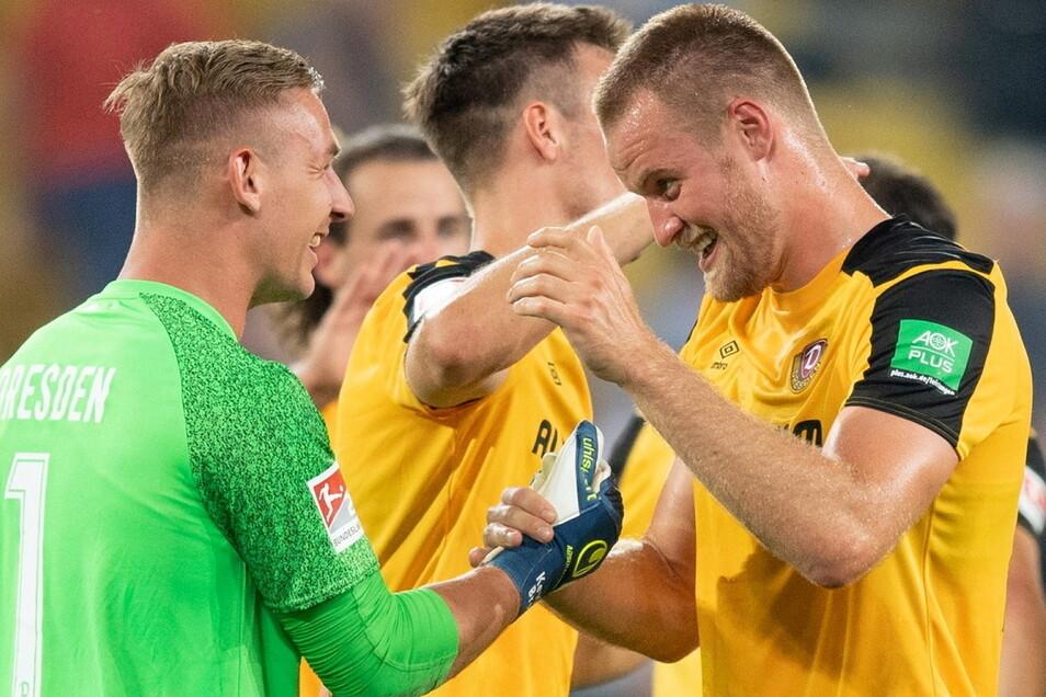 Torwart Kevin Broll (l.) jubelt nach Dynamos Sieg gegen Hannover mit Sebastian Mai, dem Torschützen zum 2:0.