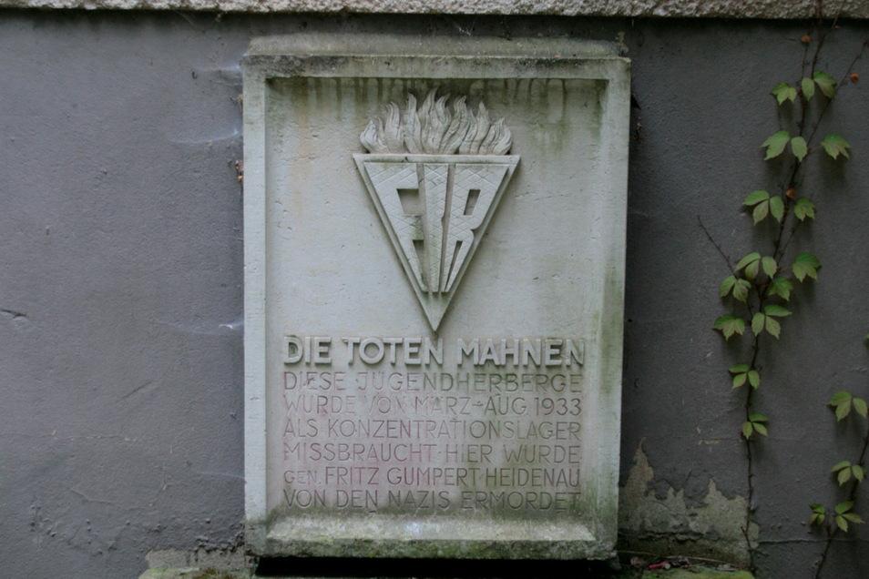 """""""Die Toten mahnen"""" - Bild des Gedenksteins im Königsteiner Ortsteil Halbestadt vor seinem Diebstahl."""