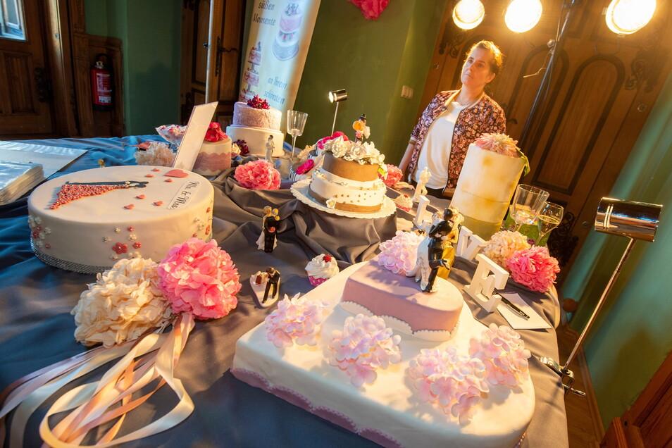 Allesamt köstliche Hingucker: Hochzeitstorten in allen Größen und Füllungen von der Feinbäckerei Tobollik. Zur Kaffeezeit um 15 Uhr wurde ein leckeres Exemplar dann von einem Brautpaar im Beisein von Rednerin Sylvia Puchstein feierlich angeschnitten.