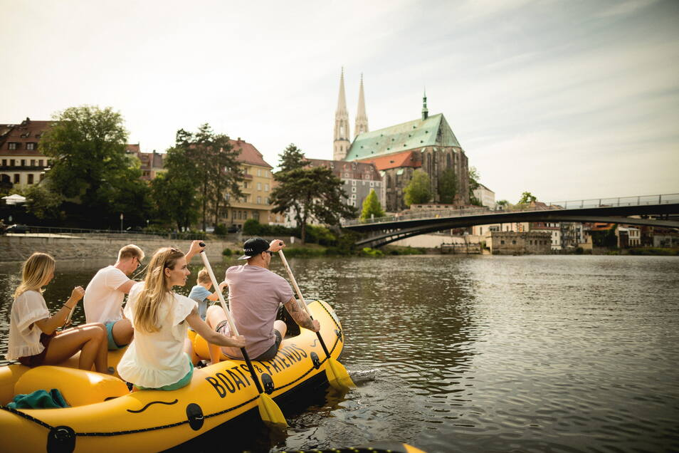Nutzen die Neiße bereits für touristische Zwecke: Die Firma Boats and Friends von Unternehmer Stefan Menzel lässt per Schlauchboot die Neiße erkunden.