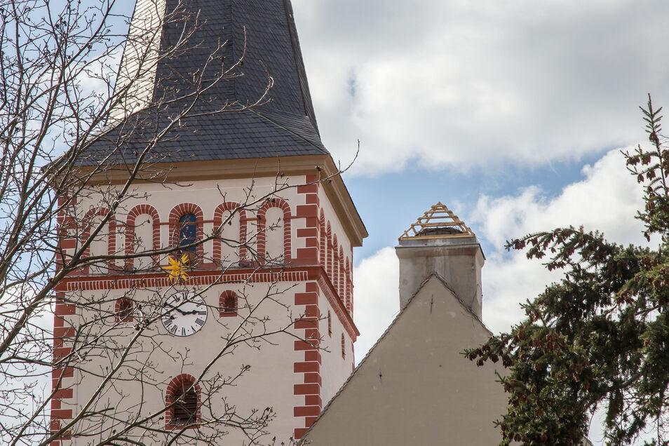 """In diesem Jahr hat der Storch keinen Zutritt für sein angestammtes Nest auf dem Kodersdorfer Kirchendach. Es wurde extra """"verbarrikadiert""""."""