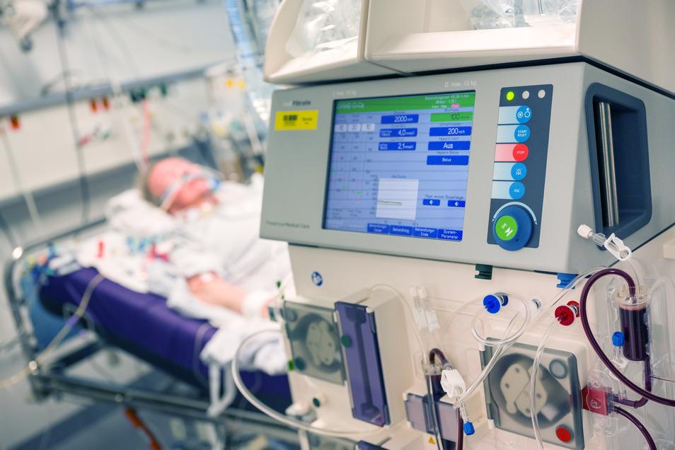 Ein Covid-19-Patient wird auf der Intensivstation beatmet. Bei einem großflächigen Ausbruch müssen schnell Plätze geschaffen werden. Die sächsischen Unikliniken könnten dies im Notfall, heißt es.