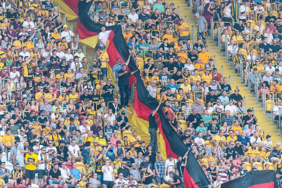Dresdner Fans halten Deutschland-Fahnen in die Höhe, wollen damit wohl die Pauli-Fans provozieren.
