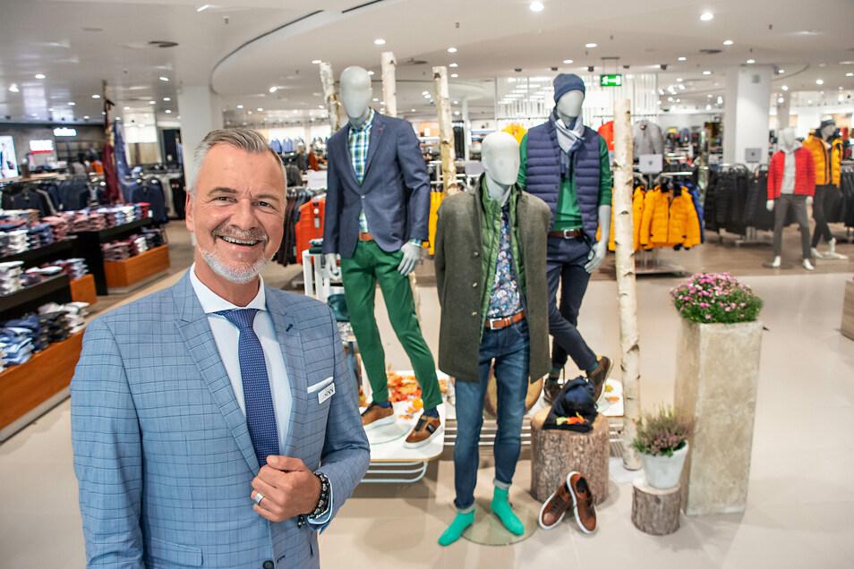 Thomas Stauch, Abteilungsleiter Herrenbekleidung bei SiNN Dresden in der Altmarkt-Galerie, lädt dazu ein, die Modevielfalt des Herbstes kennenzulernen und die Vorteile der SiNN APP zu nutzen.