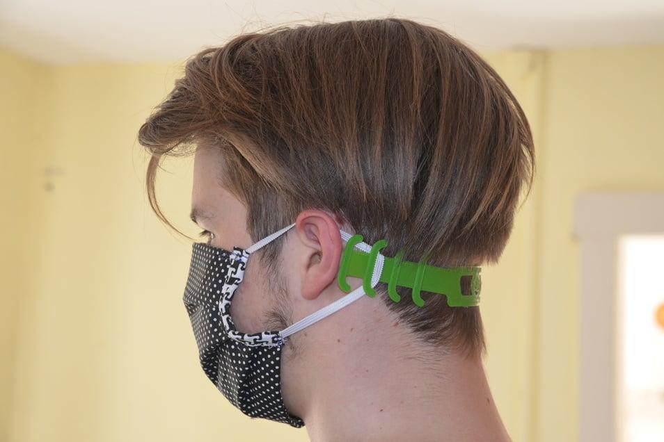 Drückt weniger hinter den Ohren: Für den Mund-Nasenschutz aus Stoff haben die jungen Männer solche Halterungen für den Kopf hergestellt.
