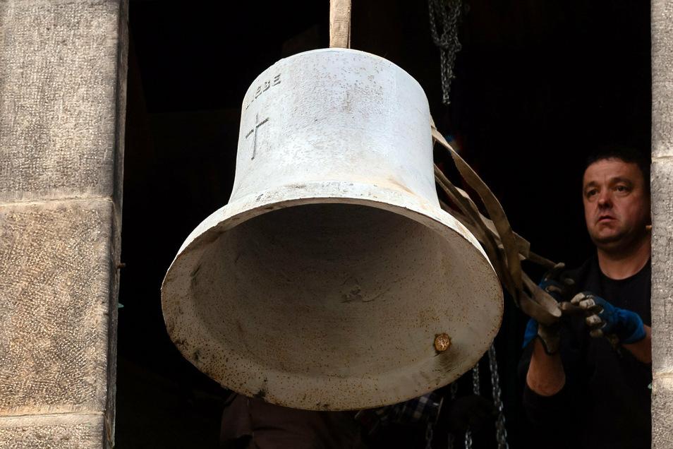 Jetzt bloß nicht fallen lassen! Falk Wißmach von der Werkstatt für Glocken-Läutanlagen hängt die Glocken der Kirche in Graupa aus.