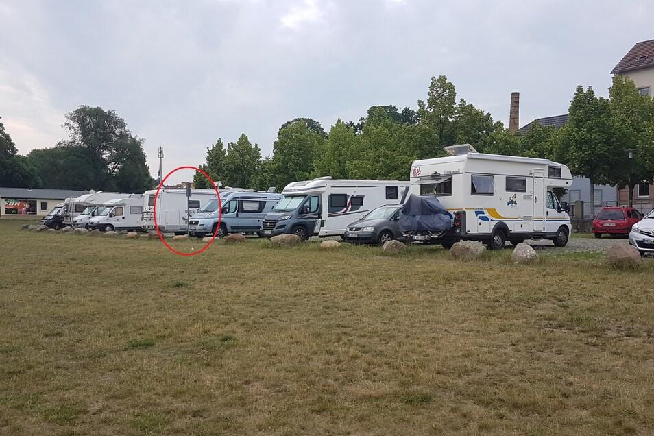 Wie hier im Sommer 2020 waren die Caravan-Stellplätze am Riesaer Elbufer in den vergangenen Jahren stark gefragt, weshalb auch Stellflächen außerhalb des Hinweisschilds (rot umrandet) genutzt wurden. Nun sind sämtliche Stellflächen auf dieser Parkplatzsei