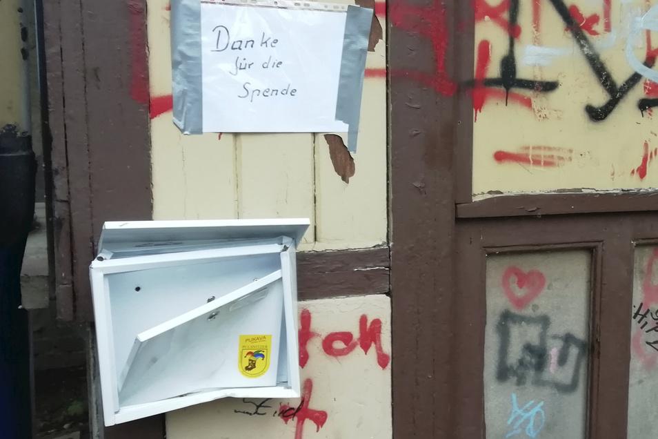 Unbekannte haben den Spendenkasten für Blumensamen und Blumenzwiebeln im Pulsnitzer Stadtpark zerstört.