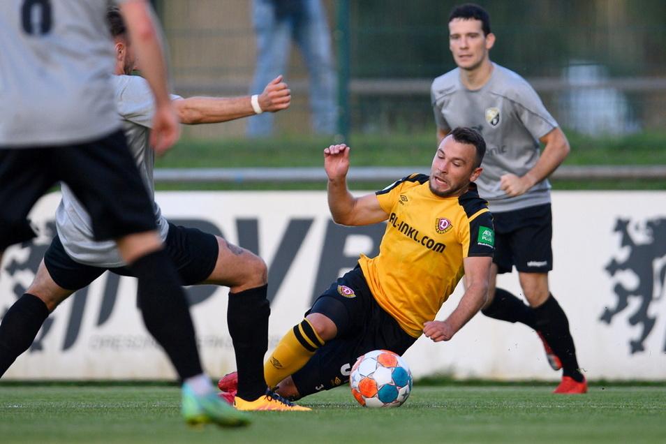 Beim ersten Auftritt des Dynamo-Future-Teams ging es vor drei Wochen gegen den SC Freital. Hier kommt Dresdens Justin Löwe (r) zu Fall.