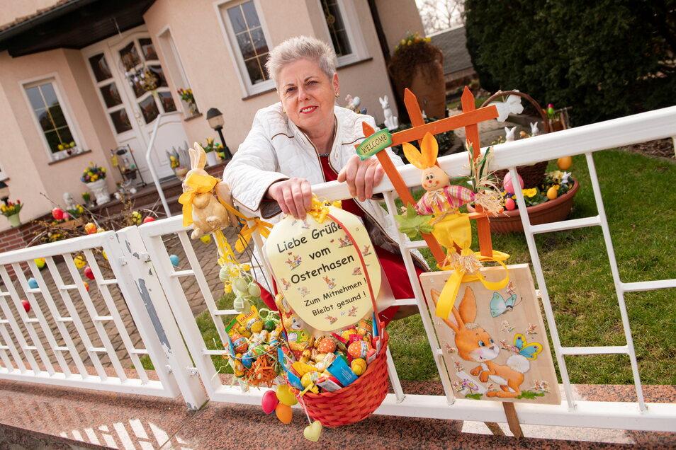 Nun ist es raus: Christine Dunker ist die überaus großzügige und herzliche Osterhäsin, die seit Wochen Spaziergänger und Kinder mit kleinen Überraschungen im Körbchen am Zaun verwöhnt.