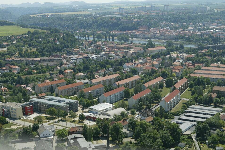 Blick von Pirna-Copitz hinüber zum Sonnenstein: Viele Häuser, aber noch mehr Grün.