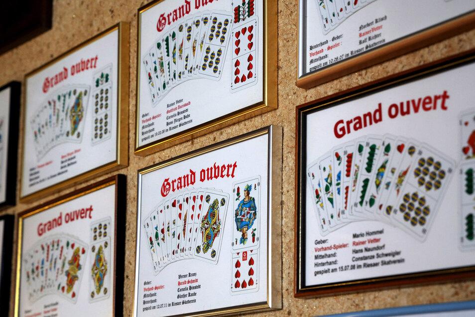 """Mehrere Bilderrahmen mit """"Grand Ouvert"""" an der Wand zeugen davon, dass hier noch ordentlich geskatet wird."""