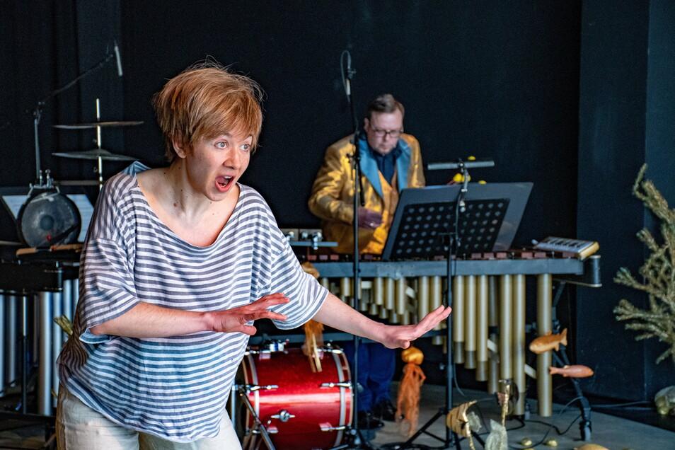 """Die Mezzosopranistin Dimitra Kalaitzi-Tilikidou und der Perkussionist Michael Winkler sind die Protagonisten in dem Stück """"Gold!""""."""