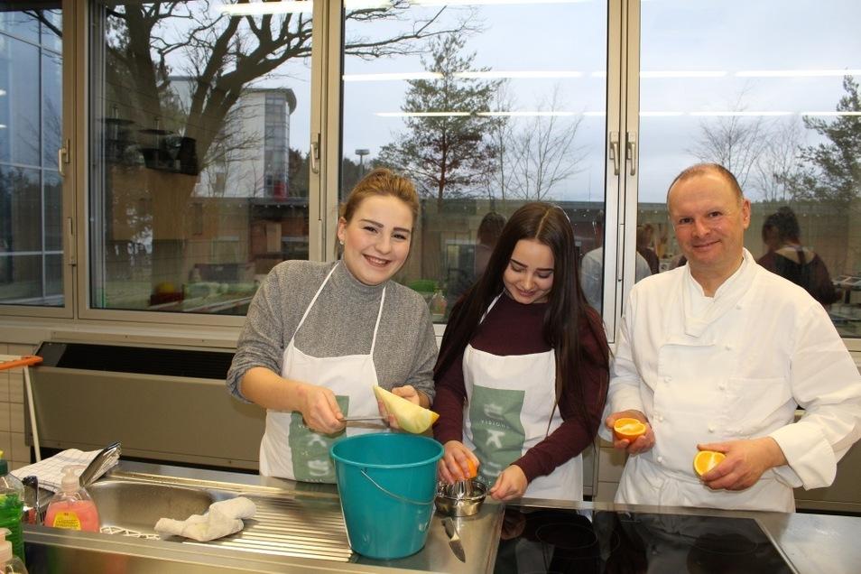 Die Umsetzung von Rezeptideen macht mit dem BSZ–Lehrer Udo Drzisga sichtlich Spaß. Die Teilnehmer des Schnuppertages bereiteten auch Smoothies und Obstsalate zu.
