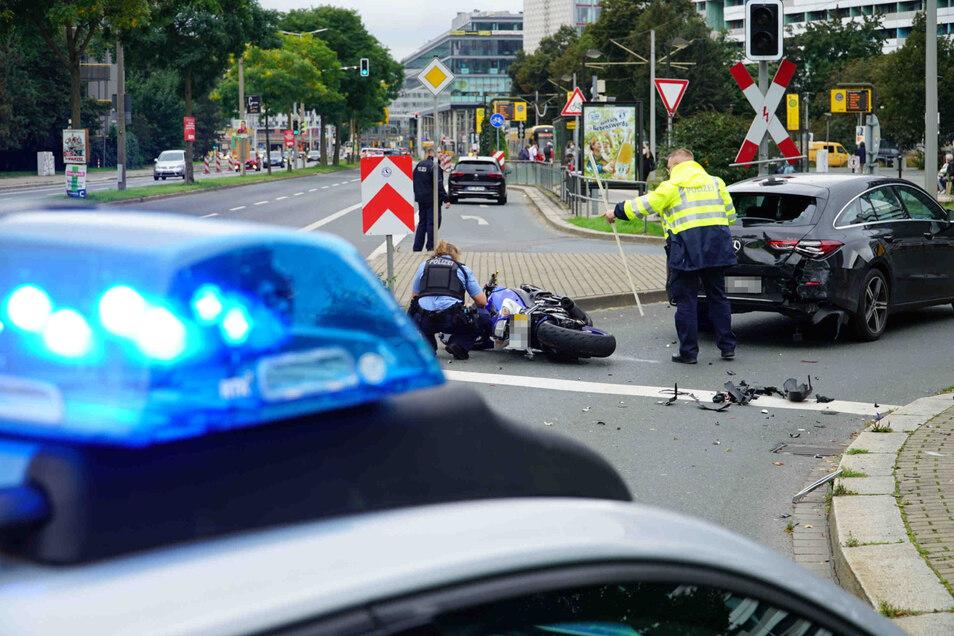 Auf der St. Petersburger Straße ist am Samstag ein Motorrad auf ein vorausfahrendes Auto gestoßen.