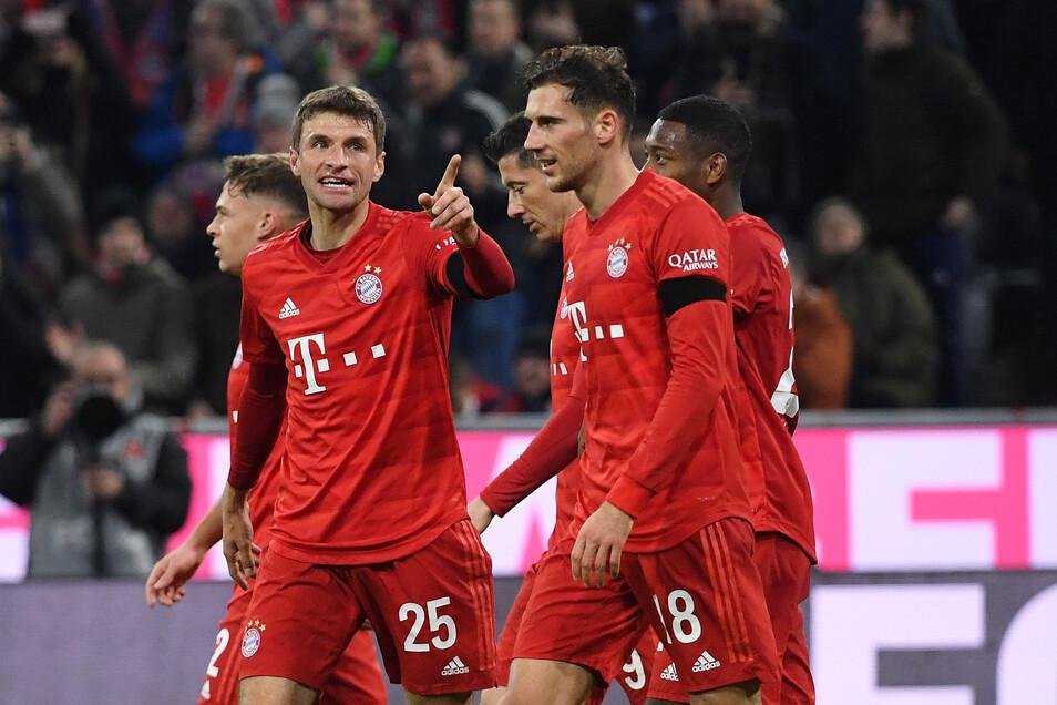 Die Bayern kommen, und Torschütze Thomas Müller hebt schon mal den Zeigefinger. Mit dem 5:0-Sieg gegen Schalke verkürzten sie den Rückstand auf Tabellenführer RB Leipzig auf nur noch einen Punkt.