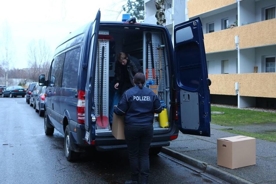 Die Beamten sicherten zahlreiche Beweisstücke, die sie in Kisten und großen Tüten in ihr Auto luden. Bis zum späten Dienstagnachmittag hatten sie in der Wohnung in Gorbitz zu tun.