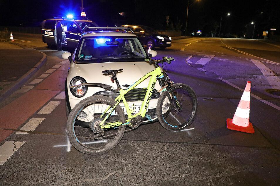 Bei der Kollision mit einem Mini wurde ein Radfahrer schwer verletzt.