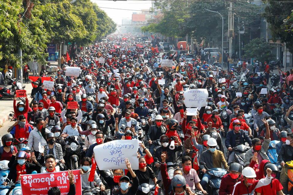 Seit Tagen protestieren die Menschen in Myanmar gegen den Putsch und für die Freilassung festgesetzter Politiker.