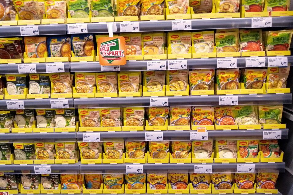 Nestlé ist zwar mit Maggi-Produkten Vorreiter beim Nutri-Score. Doch auf den ersten Blick erkennen können Kunden ihn nicht, weil er vom Regal verdeckt wird, wie dieses Beispiel aus Sachsen zeigt.