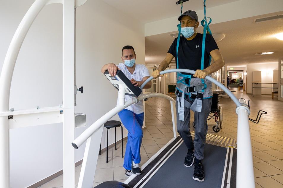 Schritt für Schritt auf dem Laufband: Leander Wagner braucht nach einer Corona-Erkrankung bei der Reha in Kreischa viel Unterstützung, hier durch Physiotherapeut Krzysztof Lojek.