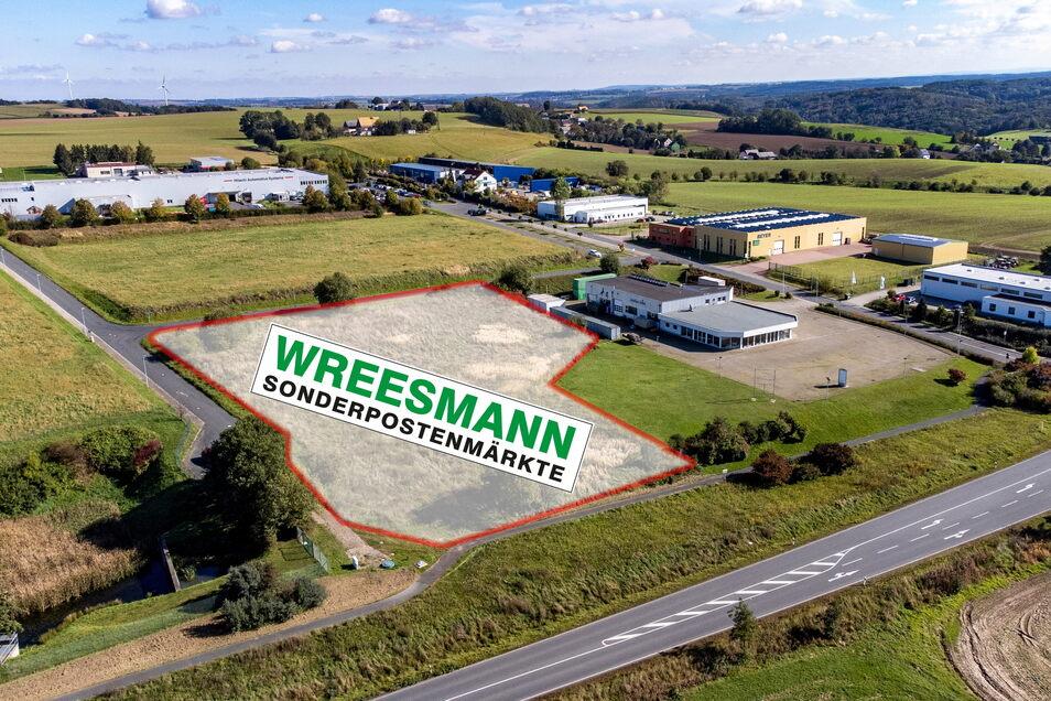 Auf der Fläche neben dem ehemaligen Autohaus könnte der Sonderpostenmarkt Wreesmann einen nächsten Markt bauen. Das Grundstück ist dem Kaufhaus angeboten worden. Die Stadträte stimmen einer Ansiedlung an dieser Stelle zu.