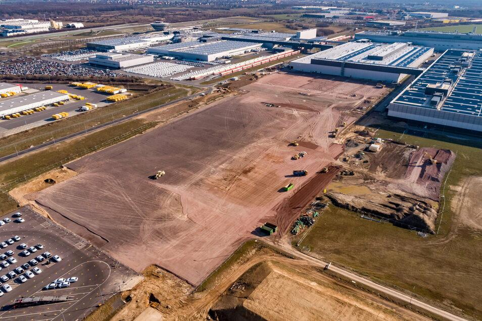 Auf diesem Baufeld entsteht der neue Karosseriebau von Porsche in Leipzig. Jetzt hat Corona den Baustellenbetrieb eingeschränkt.