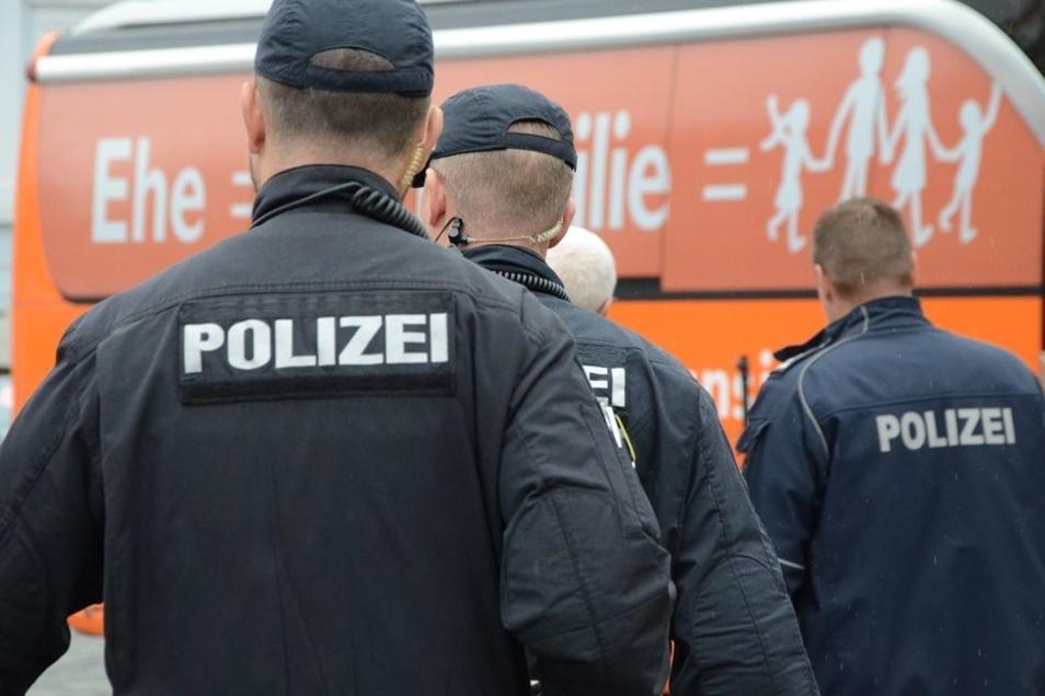 Die Dresdner Polizei sicherte beide Demonstrationen auf dem Neumarkt ab.