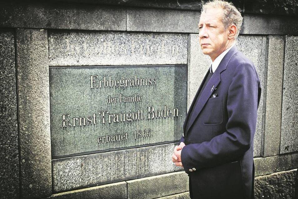 Regelmäßig besucht der Radeberger Hubertus Boden das Familiengrab seiner Vorfahren im benachbarten Großröhrsdorf. Die Bodens waren hier einst wichtige und angesehene Bandweberei-Unternehmer. Foto: Willem Darrelmann