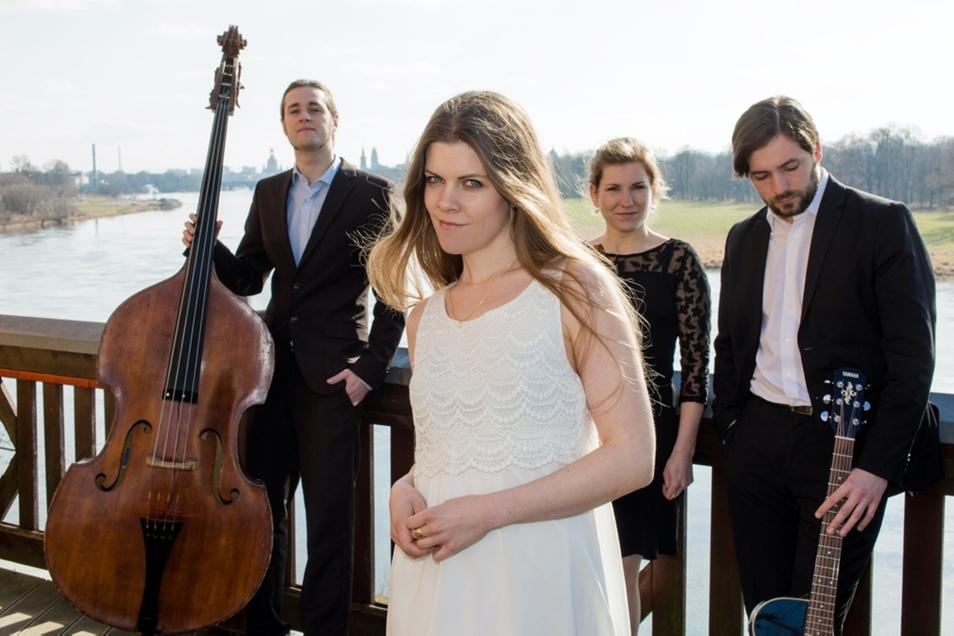 """Besonders facettenreich wird die Musik der """"Cellomomente"""", wenn die Gruppe um den Cellisten Christoph Uschner (rechts) auch Gesang, Violine und Saxofon zu bieten hat."""