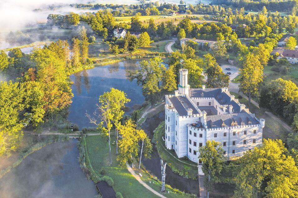 Morgennebel liegt über dem Schlosshotel von Karpniki im Hirschberger Tal. Wie alle anderen Einrichtungen war der Betrieb auch hier durch Corona stark beeinträchtigt. Nun starten die Schlosshotels im Tal wieder durch.