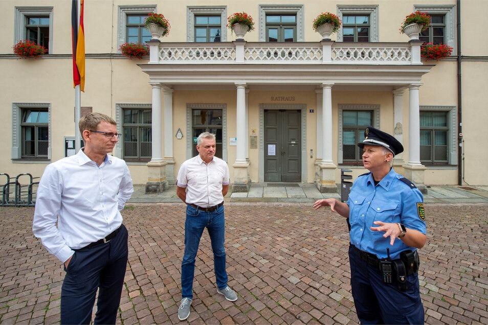 """""""Auf gute Zusammenarbeit."""" Pirnas Vizebürgermeister Markus Dressler (l.) begrüßt die Neue am Rathaus."""