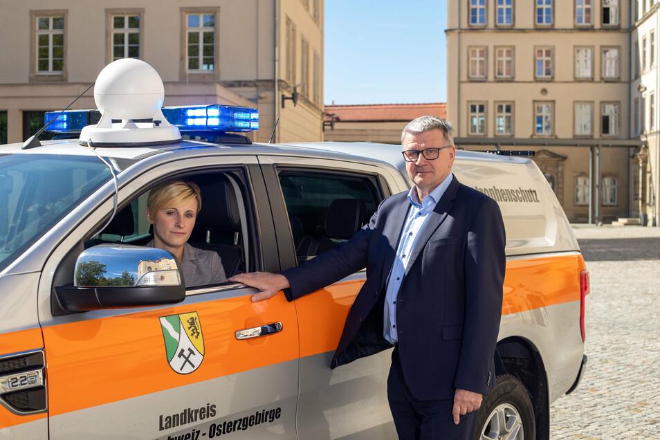 Katastrophenschutz-Chef Steffen Klemt, Mitarbeiterin Linda Madai. Auf ihrem Dienstfahrzeug ist auch eine weiße digitale Sirene installiert.