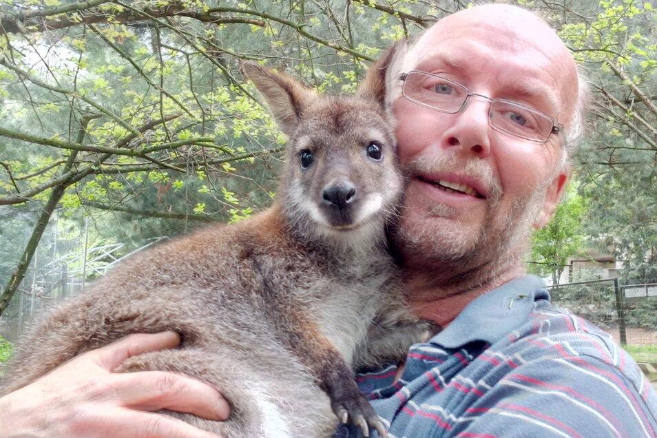 Das Känguru Gertrud ist Heiko Drechsler besonders ans Herz gewachsen. Bei sich zu Hause und in Meißen hat er sie mit dem Fläschchen aufgezogen, weil das Muttertier verstorben war.