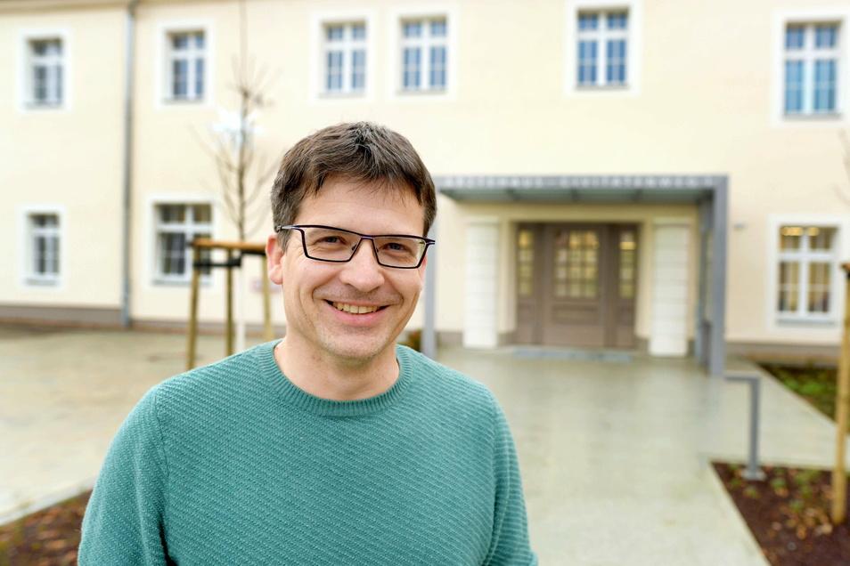 Dr. Kay Herbrig vor dem neuen Ärztehaus in Herrnhut, in dem er und seine Kollegen seit einigen Wochen praktizieren.