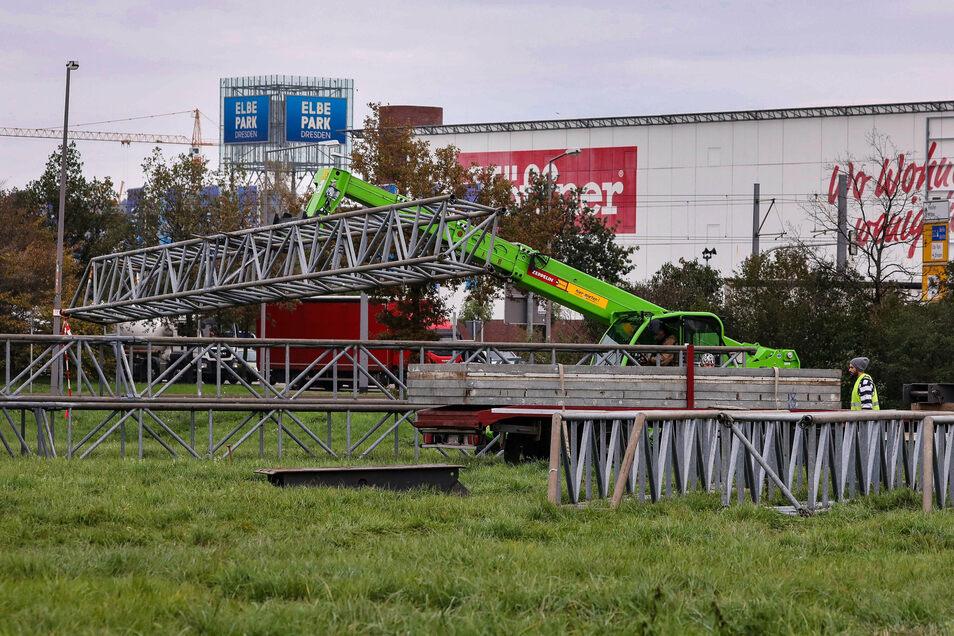 Dieses Mal entsteht das Sarrasani-Zelt auf einer Freifläche nahe dem Elbepark. Seit Montagmorgen läuft dort der Zeltaufbau.
